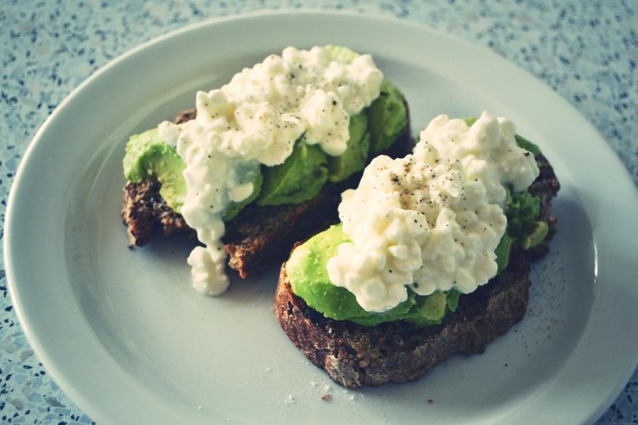rugbrød-avocado-hytteost